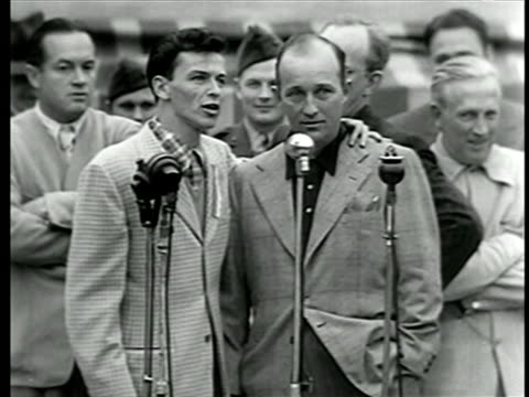 bing crosby + frank sinatra sing + laugh at war bond rally / bob hope + kay kyser in background - bob hope komiker stock-videos und b-roll-filmmaterial