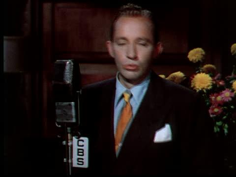 stockvideo's en b-roll-footage met 1949 ms bing crosby looking at camera while singing 'swinging on a star' - 40 49 jaar
