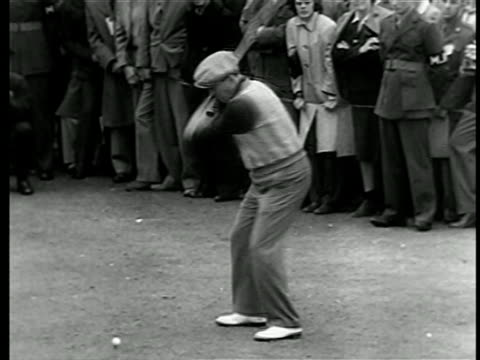 vídeos y material grabado en eventos de stock de bing crosby teeing off in golf competition raising funds for war bonds / crowd in background / doc - zapato de golf