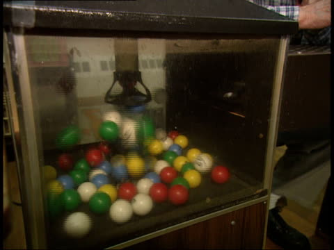stockvideo's en b-roll-footage met bingo balls popping / announcer choosing ball / calling out letters - bingo