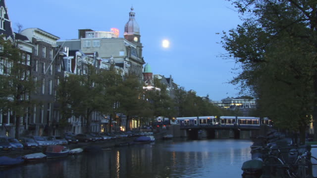 ms, binnenamstel canal at dusk, amsterdam, netherlands - olanda settentrionale video stock e b–roll
