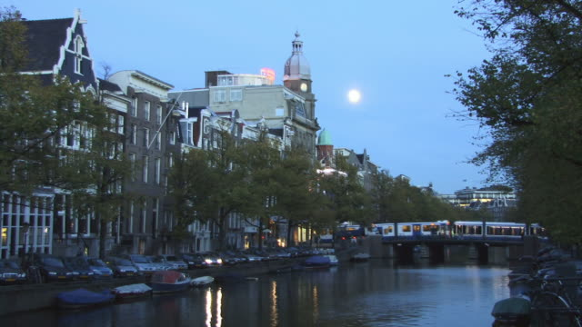 ms, cs, binnenamstel canal at dusk, amsterdam, netherlands - olanda settentrionale video stock e b–roll