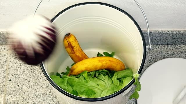vídeos y material grabado en eventos de stock de mo de san luis obispo de seccionamiento de alimentos aún comestible - contenedor para la basura