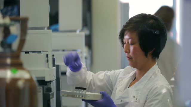 Bio-kemist kör prover