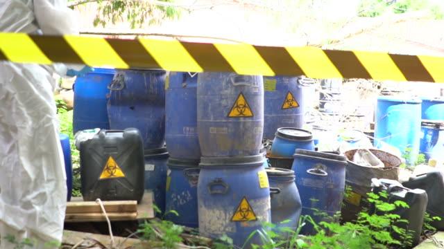 vídeos de stock, filmes e b-roll de cilindro de resíduos biológicos - símbolo de resíduos biológicos