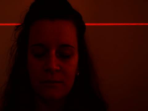 バイオメトリック頭部スキャン - レーザー点の映像素材/bロール