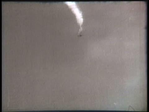 vidéos et rushes de a biplane performs corkscrew turns with smoke trailing behind it. - biplan