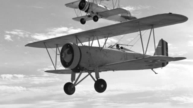 vidéos et rushes de ms ts aerial biplanes in flight - pilote