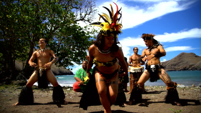 vídeos de stock e filmes b-roll de bird dance performed by native marquesan group marquesan - territórios ultramarinos franceses