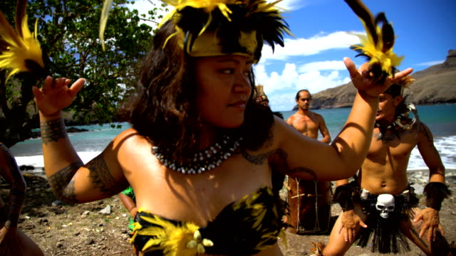 bird dance performed by native marquesan group marquesan - polinesiano video stock e b–roll