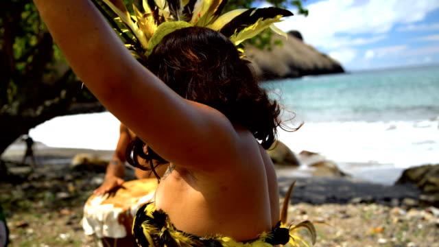vídeos de stock e filmes b-roll de bird dance performed by native marquesan group marquesan - árvore tropical