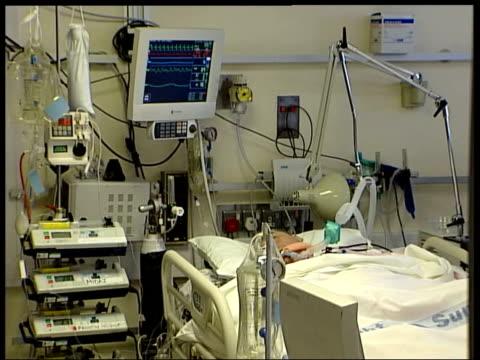 vidéos et rushes de bird flu pandemic would overwhelm britain's health service date seq intensive care ward - virus de la grippe aviaire