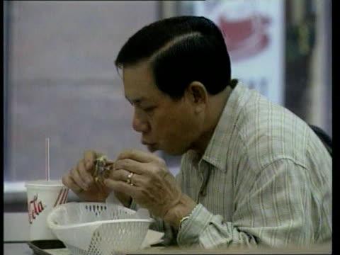 bird slaughter itn dr lo wing lok intvwd drastic action was needed sooner rather than later men eating fried chicken in restaurant cms mechanical... - anweisungen geben stock-videos und b-roll-filmmaterial
