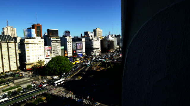 birds eye der avenida 9 de julio in buenos aires - avenida 9 de julio stock-videos und b-roll-filmmaterial