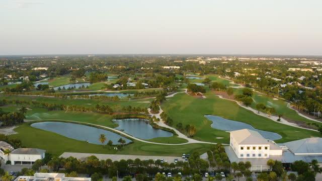vídeos de stock e filmes b-roll de bird's eye point of view of a golf course in naples, florida - golf
