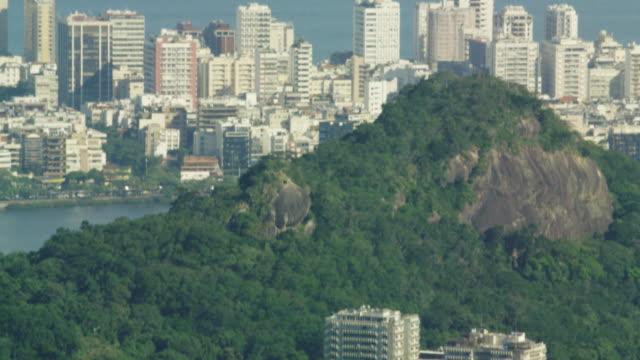 bird's eye tilt of rio de janeiro - tilta ner bildbanksvideor och videomaterial från bakom kulisserna