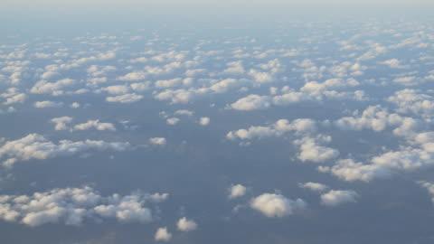 海岸都市の上空を飛行する鳥瞰図飛行機 - 内部点の映像素材/bロール