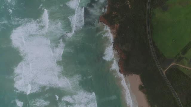 a birds eye view birds eye view tracking the coast along the great ocean road. victoria. australia. - 堆積岩点の映像素材/bロール