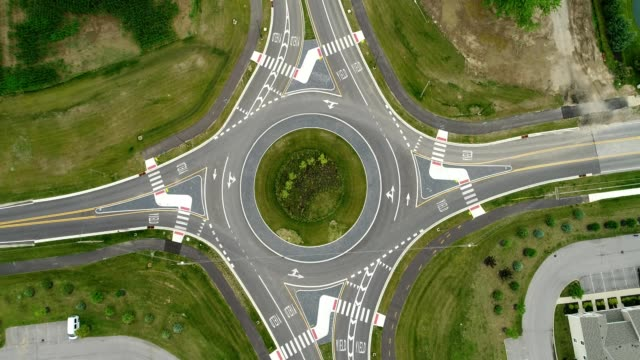 vídeos de stock, filmes e b-roll de birds eye view of a traffic roundabout in ohio. - junção de rua ou estrada