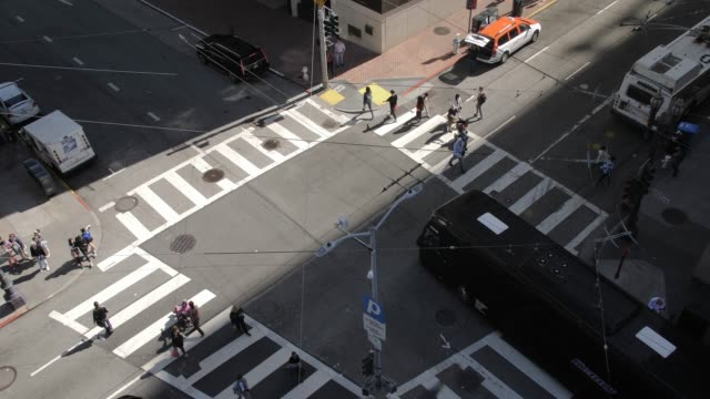vidéos et rushes de birds eye view of busy traffic on stockton street and union squese, san francisco financial district, california, united states of america, north america - california street san francisco
