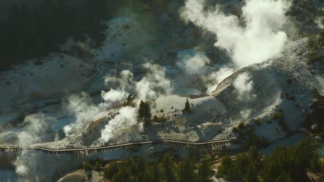 vídeos y material grabado en eventos de stock de bird's eye view of geothermal vents - parque natural