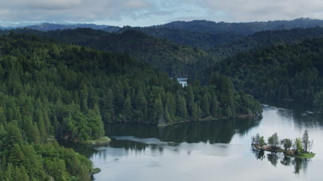 stockvideo's en b-roll-footage met birds eye view van loch lomond, santa cruz, californië - santa cruz californië