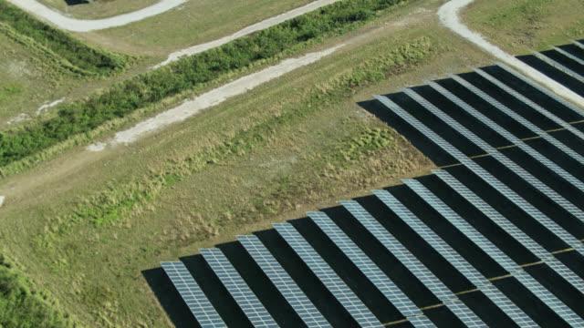 birds eye view of solar farm with upward tilt - ソーラーパネル点の映像素材/bロール