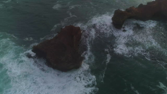 vidéos et rushes de a birds eye view of the great ocean road coastline. victoria. australia. - roche sédimentaire