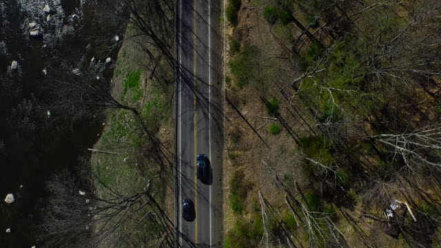bird's eye view of traffic on one lane running parallel to river in upstate new york - contea di ulster stato di new york video stock e b–roll