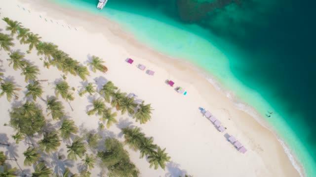 vogelperspektive von wellen und sand über eine karibische cay mit türkisfarbenem wasser. video aufgenommen am cayo peraza bei morrocoy nationalpark, venezuela - bahamas stock-videos und b-roll-filmmaterial