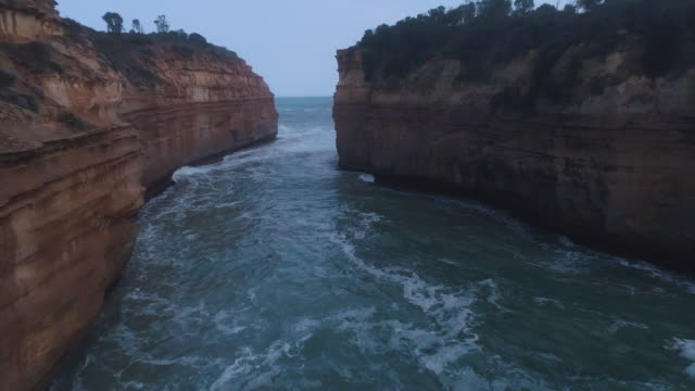 vidéos et rushes de a birds eye view over the great ocean road through the chanel. victoria. australia. - roche sédimentaire