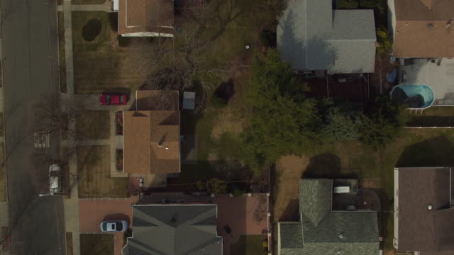 stockvideo's en b-roll-footage met bird's eye view panning over suburban homes in new jersey - oprit