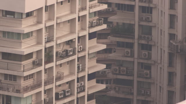 vídeos de stock, filmes e b-roll de birds flit between tall apartment blocks in mumbai, maharashtra, india. - apartamento