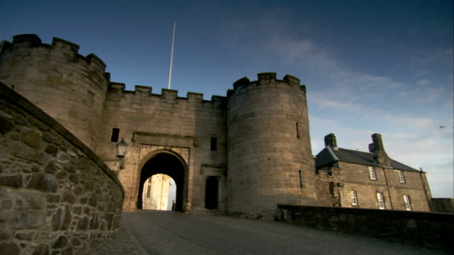 birds flutter over a bridge leading through an archway of stirling castle. available in hd. - スコットランド スターリング点の映像素材/bロール