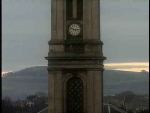 2003 birds perching atop clock tower of old church/ edinburgh, scotland - 宗教上のシンボル点の映像素材/bロール