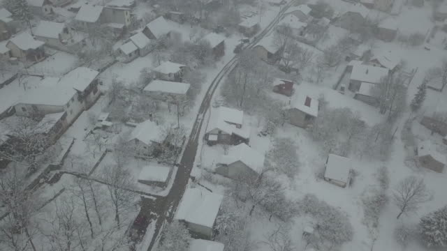vídeos de stock e filmes b-roll de birds view - snow blizzard in village - neve profunda