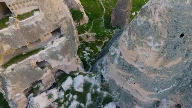 vídeos de stock e filmes b-roll de birdseye shot over large rocks from side of hill - exposto ao ar
