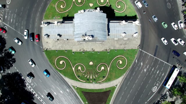 bird's-eye view above puerta de alcala monument in madrid, spain - 各国の観光地点の映像素材/bロール