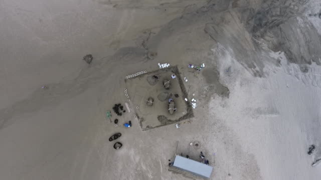 birds-eye view aerial drone establishing shot of oregon sandcastle contest contestants. - spielkandidat stock-videos und b-roll-filmmaterial