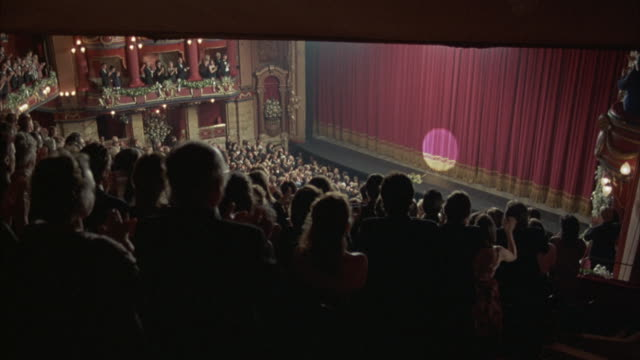 vídeos de stock e filmes b-roll de birds-eye view of an applauding audience demanding a curtain call. - aplaudir