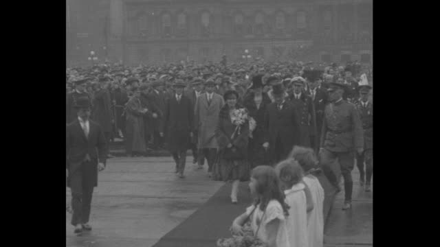 vídeos de stock, filmes e b-roll de bird's-eye view of crowds on both sides of walkway which is lined with girls dressed in white as queen marie wearing fur coat and large corsage and... - baltimore maryland