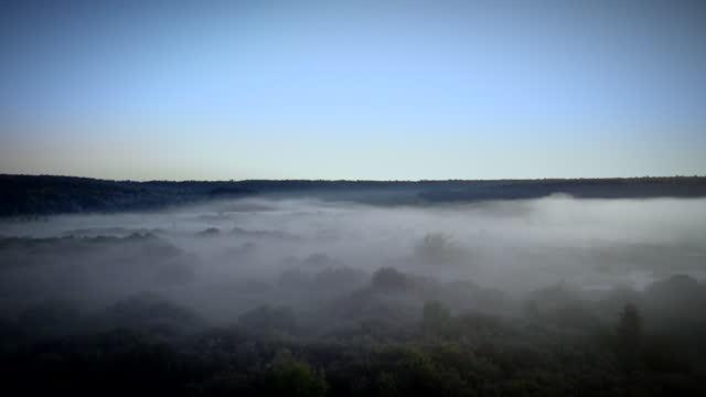 bird's-eye view of the morning landscape surrounded by fog - flowing water bildbanksvideor och videomaterial från bakom kulisserna