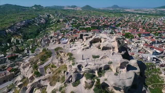vídeos de stock e filmes b-roll de a birdseye, wide shot of large hilltop - exposto ao ar