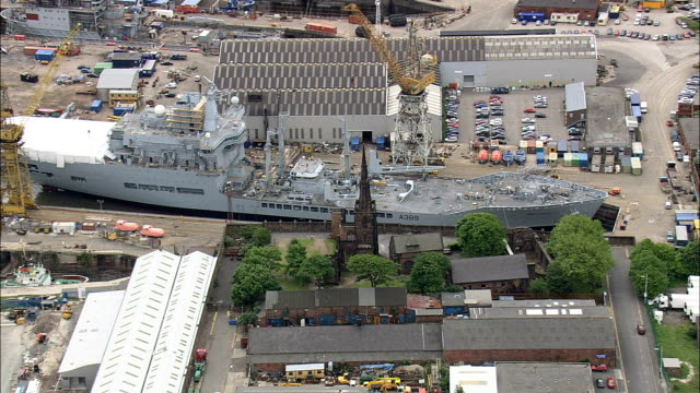 birkenhead docks – luftaufnahme-england, wirral, hubschrauber beim filmen, antenne video cineflex, establishing shot, vereinigtes königreich - british military stock-videos und b-roll-filmmaterial
