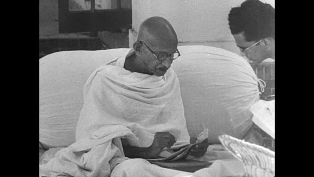 stockvideo's en b-roll-footage met birla house w/ people seated outside, mahatma [mohandas karamchand] gandhi seated talking w/ unidentified male. mot 1942: gandhi walking w/ talking... - mahatma gandhi