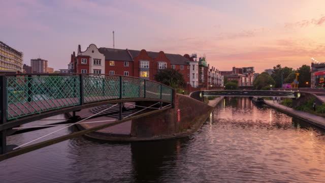バーミンガム運河と夕暮れ時の住宅、ウェストミッドランズ、英国 - 4kタイムラプス - 英国 バーミンガム点の映像素材/bロール