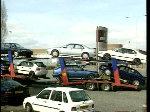 vídeos de stock, filmes e b-roll de birmingham longbridge car transporter carrying rover cars along into plant pull out richard burden mp press conference sot - let's be clear who made... - carrying
