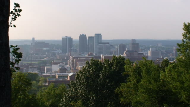 skyline di birmingham - birmingham alabama video stock e b–roll