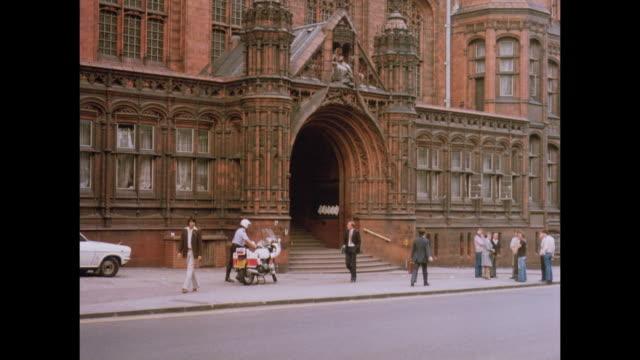 1981 - birmingham uk magistrates' court - ウエストミッドランズ点の映像素材/bロール