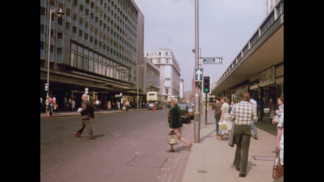1981 - birmingham uk shopping disctrict - 歩行者専用地域点の映像素材/bロール